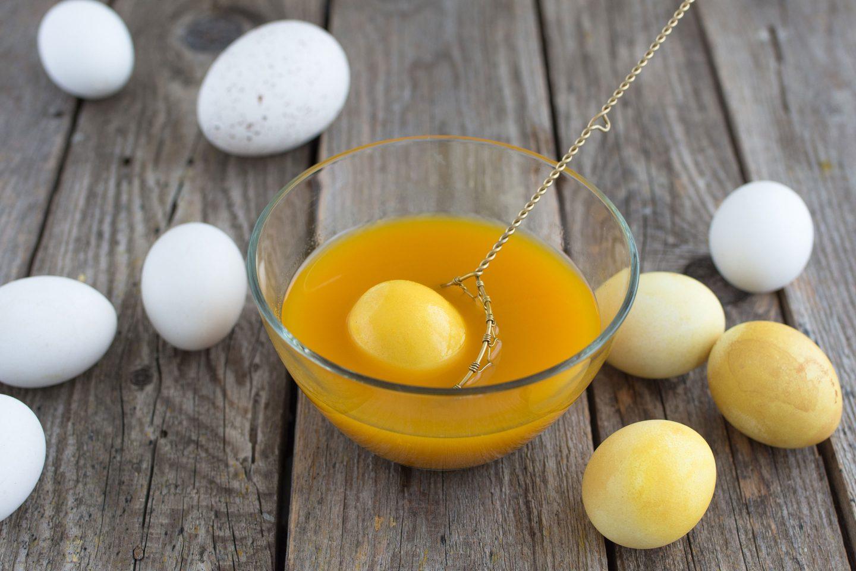 ein Ei in einem Curcuma-Färbebad