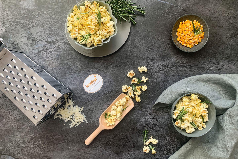 Rosmarin-Parmesan-Popcorn in Schälchen angerichtet