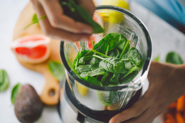 gesunde Zutaten werden in einen Standmixer gegeben