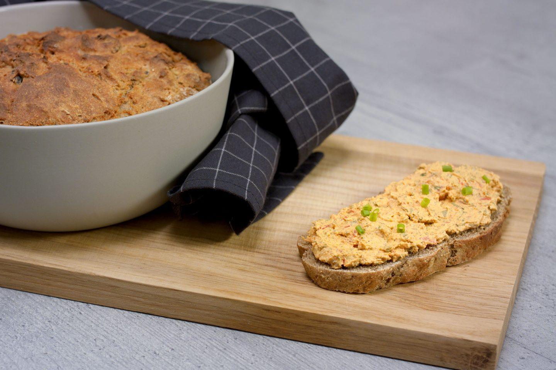 in einer Schüssel gebackenes Brot mit Liptauer