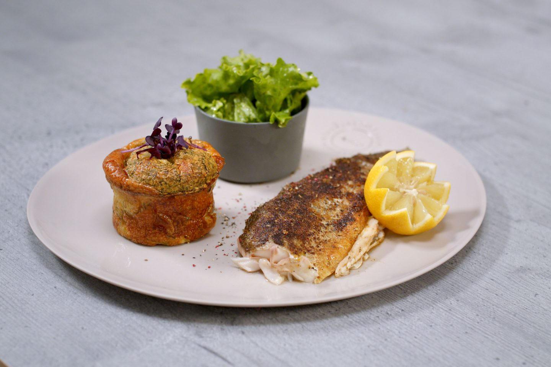 Forelle mit Kartoffelkuchen und frischem, grünen Salat in einem Schälchen