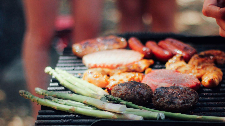 Grillrost mit verschiedenem Gemüse und Fleisch belegt