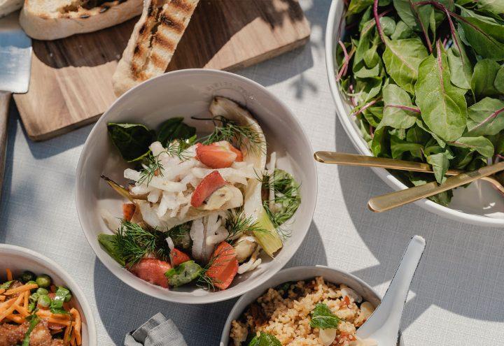 Schüsseln mit verschiedenen Salaten und einer Focaccia