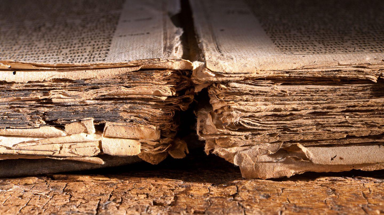 ein aufgeschlagenes altes Buch mit altdeutscher Schrift