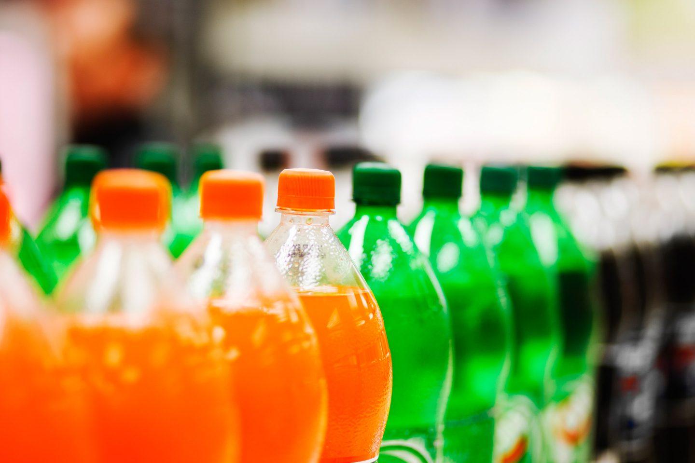 Zahlreiche Softdrink-Flaschen im Supermarkt