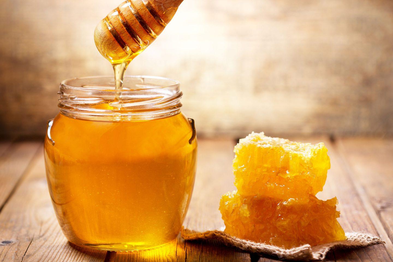 Honigwaben sowie ein Glas voller Honig