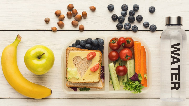 wichtige Bestandteile einer gesunden Jause, wie Obst Nüsse und Vollkornbrot sowie Wasser