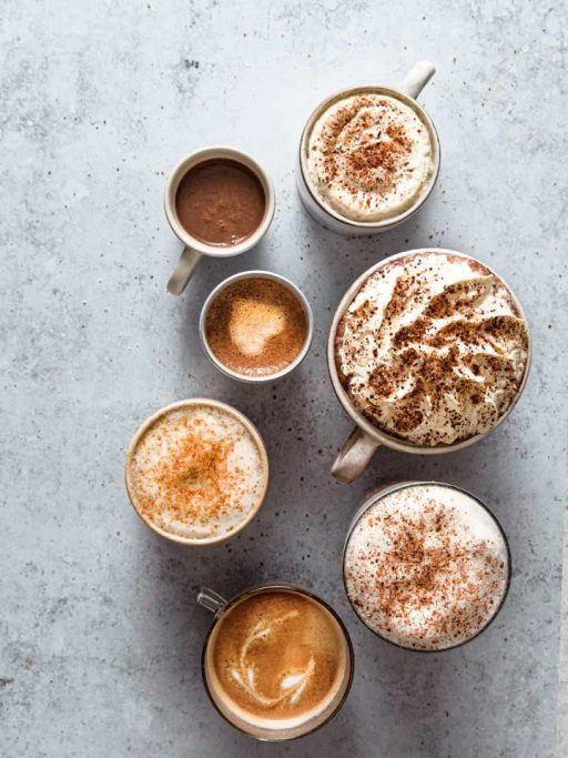 Verschiedene Tassen mit Kaffee und Topping mit My Coffee Spice von Kotányi