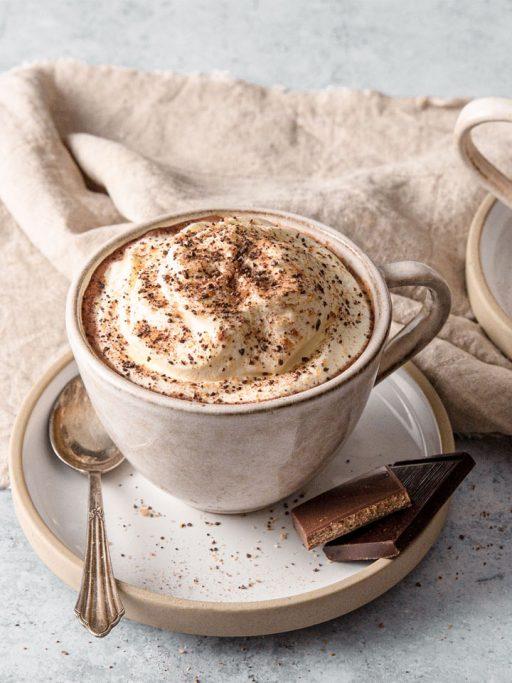 eine Tasse Kaffe mit Cacao Kiss bestreut