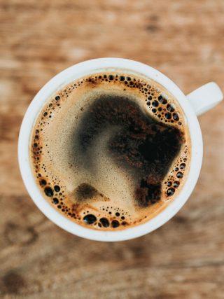 eine Tasse mit Kaffee von oben fotografiert