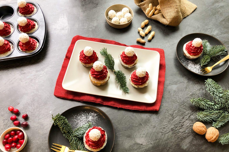 Nikolaus Cupcakes mir roter Creme-Haube auf einem eckigen Teller, mit Tannenzweigen dekoriert