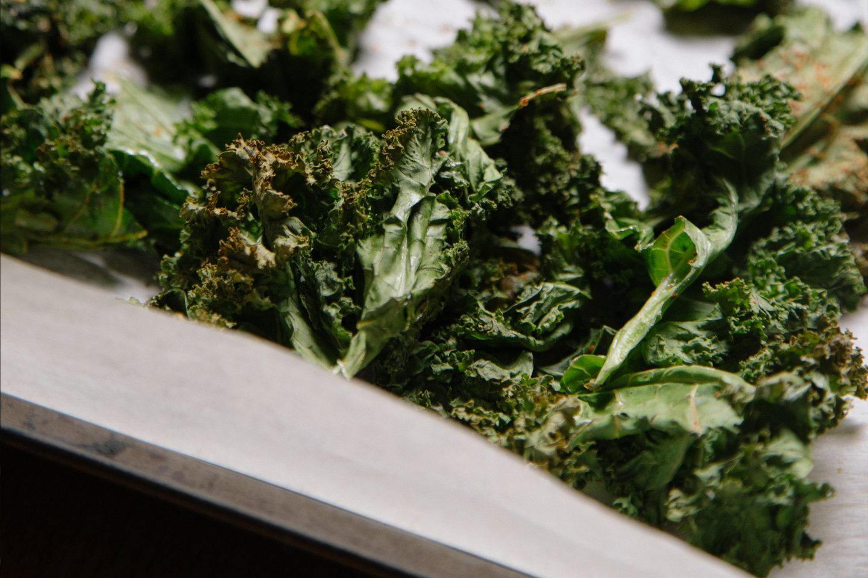 leicht gerösteter Grünkohl auf einem Backblech