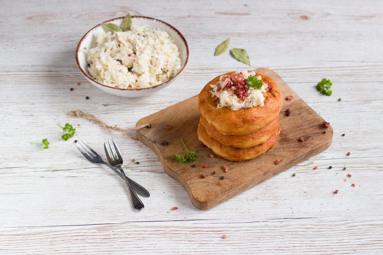 Eine Portion Kiachl mit Sauerkraut