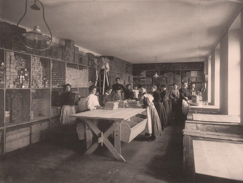 Arbeiterinnen beim Verpacken von Kotányi-Paprikapulver im Jahr 1881