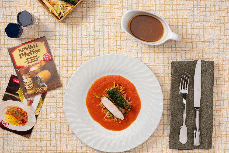 Kaninchenrücken auf Paprikacreme mit Gemüse und Sauce