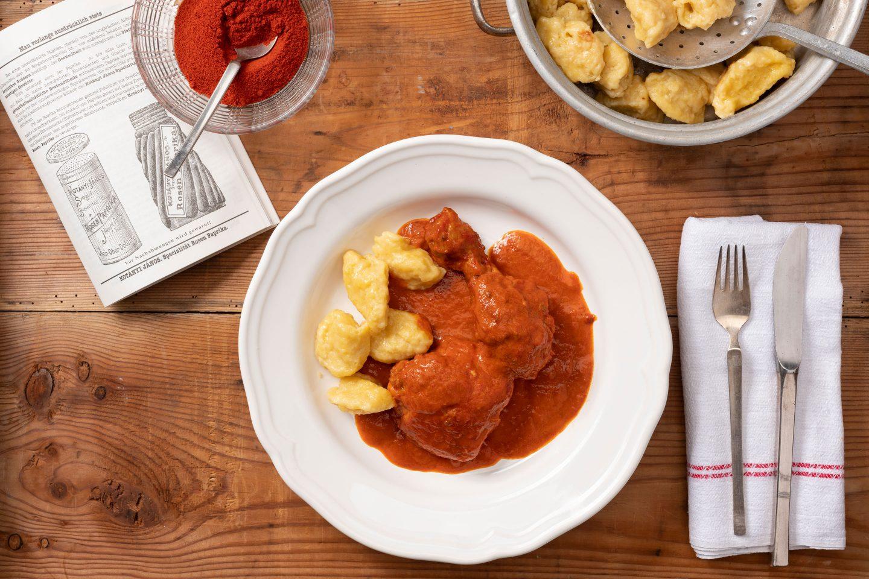 Eine Portion Paprika-Huhn mit Nockerl