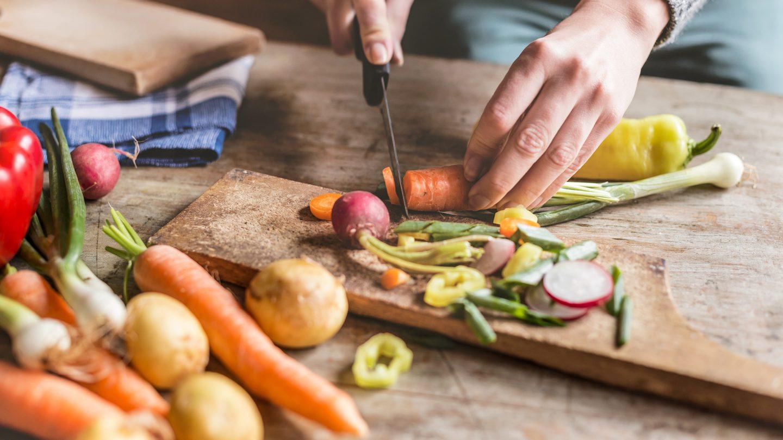 Zubereitung einer gesunden Mahlzeit beim Intervallfasten
