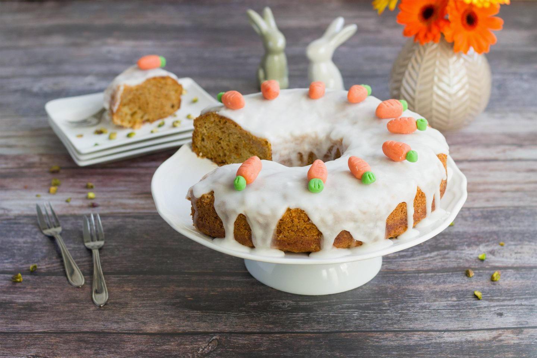 Dieser saftige Karottenkuchen gehört als Herzstück auf jede Ostertafel.
