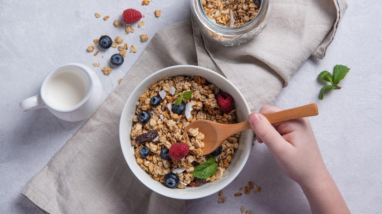 Ein gesundes und ausgewogenes Frühstück mit Haferflocken-Müsli und Beeren.