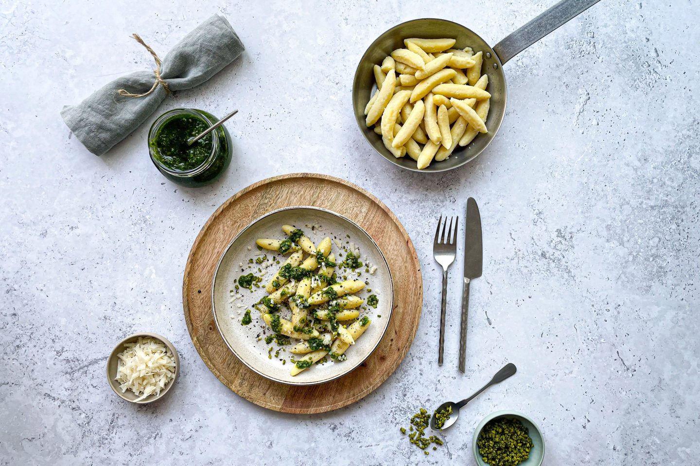 Schupfnudeln mit frischem Bärlauch-Pistazien-Pesto und herzhaften Pecorino Käse.