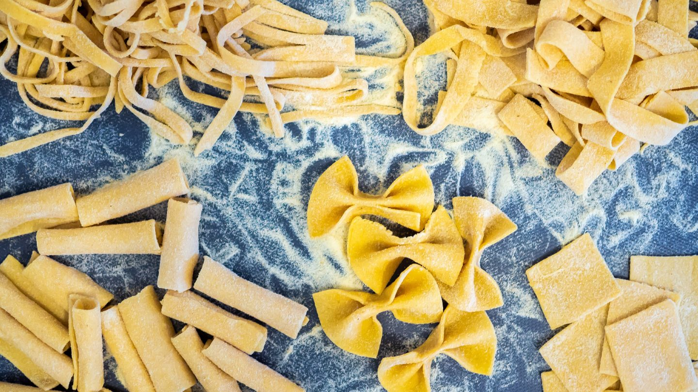Einige verschiedene Sorten traditionell frisch gemachter Nudeln.