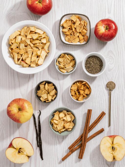 Ein Tisch mit diversen Sorten Kotányi Apfel Chips und den Gewürzen dazu.