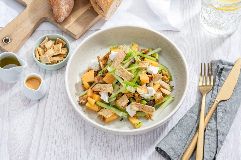 Ziegenkäse-Melone-Salat mit knusprigen Apfel-Minze Chips für extra Crunch.