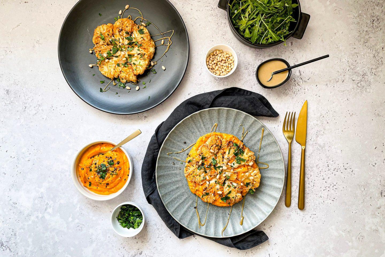 Würzige Karfiolsteaks mit Süßkartoffelpürree und selbstgemachter Tahini Sauce.
