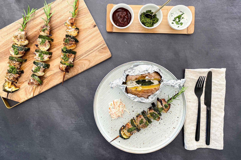Filetspieße Argentina Style mit Rosmarin und Gemüse serviert mit Salsa Verde.