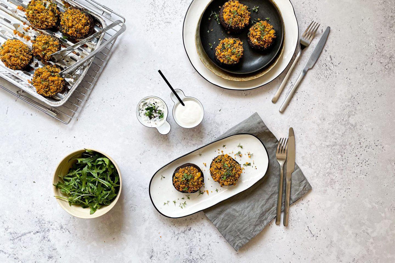 Mit rauchig-würzigem Couscous gefüllte Portobello-Pilze frisch vom Grill.