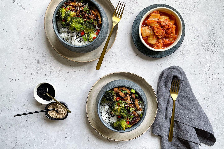 Zwei Bowls mit Ingwer Seitan und Jasminreis, dazu würzig scharfes Kimchi.