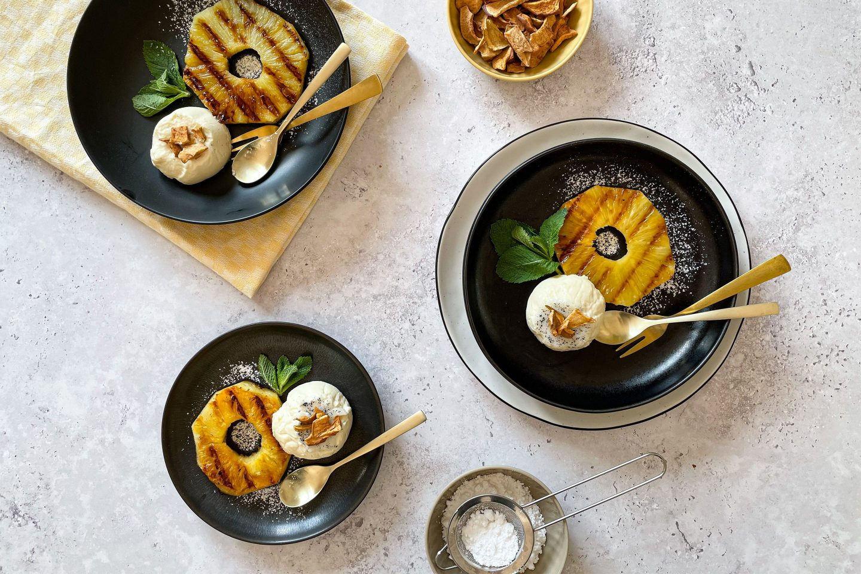 Das perfekte Grill-Dessert: gegrillte Ananas mit cremiger Panna Cotta.