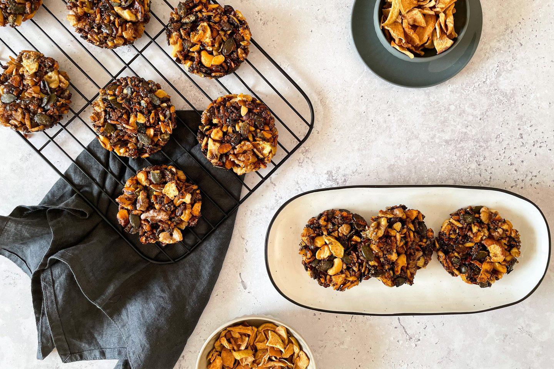 Nut Clusters mit Apfel-Zimt Chips sind der perfekte Snack für unterwegs.