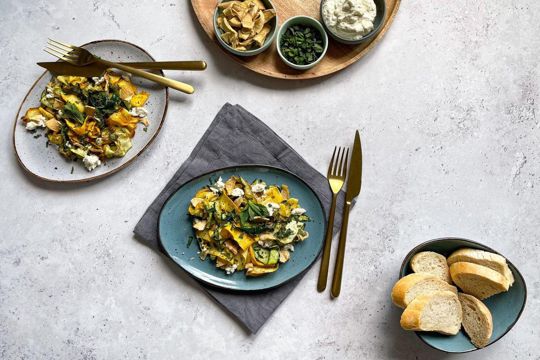 Frischer Zucchinisalat mit Ricotta, garniert mit Kotányi Apfel-Minze Chips.