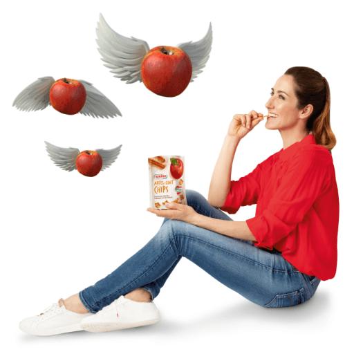 Kati Bellowitsch genießt einen Apfelchip Snack.