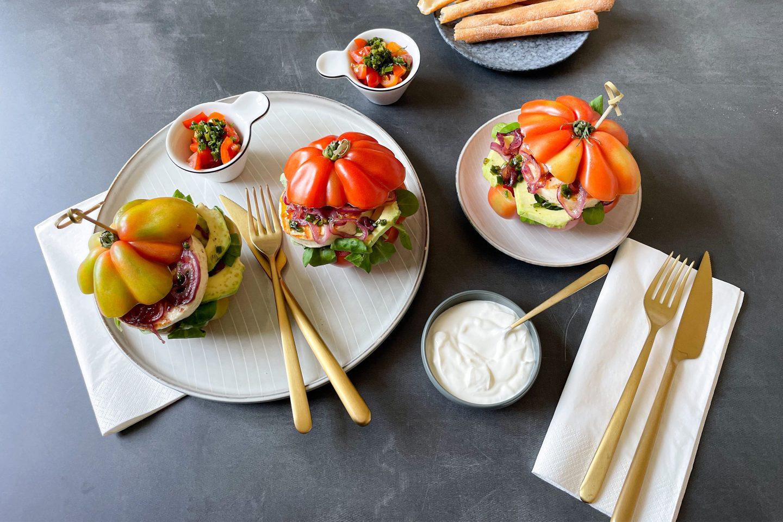 Tomatenburger mit Grillkäse-Patty und Avocado sind ein Hit auf jeder Grillparty.