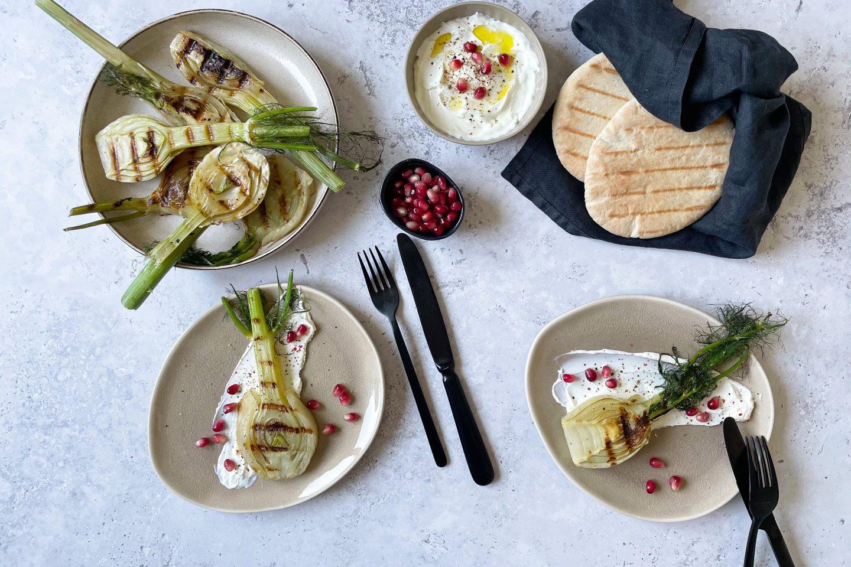 Fenchelknollen vom Grill auf Zitronen-Labneh mit Granatapfelkernen und Pita.