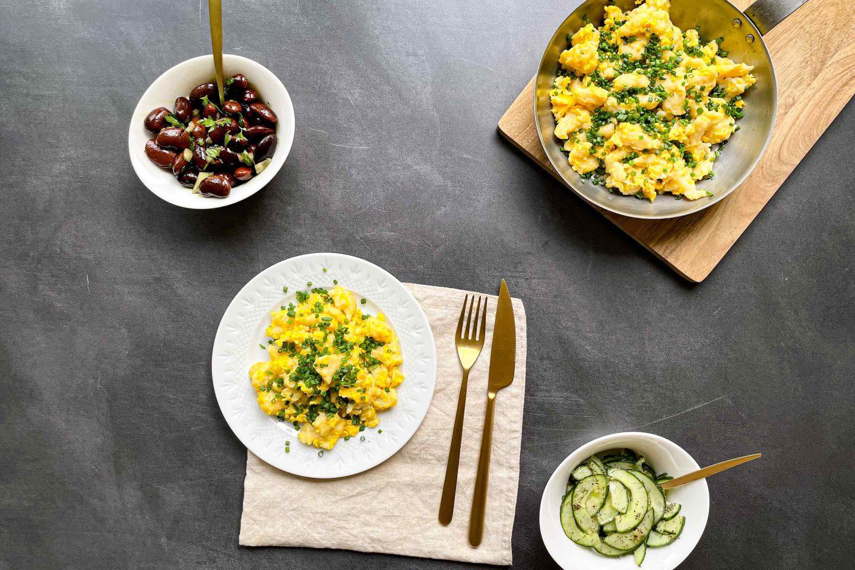 Ein Teller frisch gemachter Eiernockerl mit Schnittlauch und Dill-Gurkensalat.