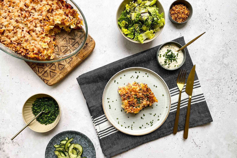 Im Ofen überbackene Schinkenfleckerl mit Kotányi Röstzwiebel und grünem Salat.