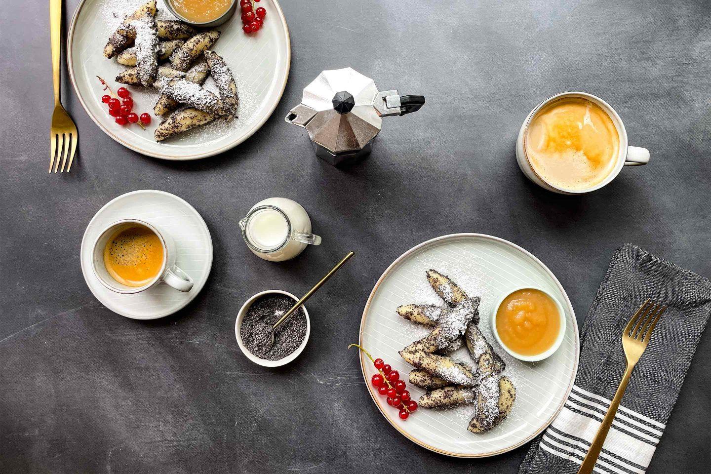 Zwei Portionen Mohnnudeln mit selbstgemachtem würzigen Apfelmus und Kaffee.